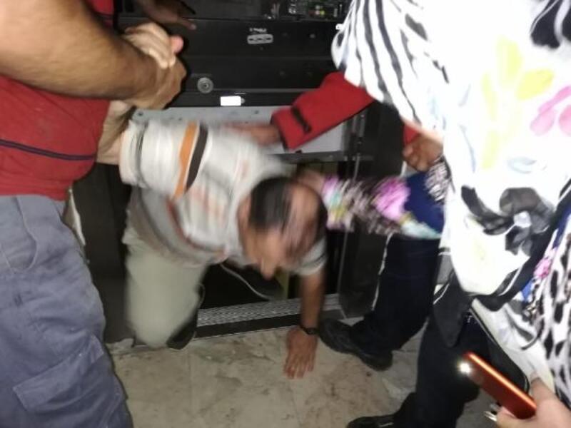 Asansörde mahsur kalan vatandaşı itfaiye kurtardı