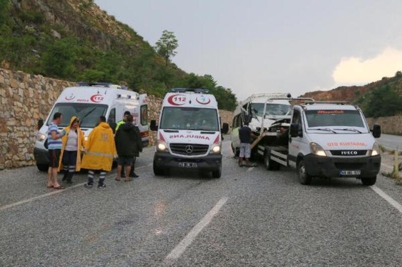 İşçileri taşıyan minibüs ile TIR çarpıştı: 14 yaralı