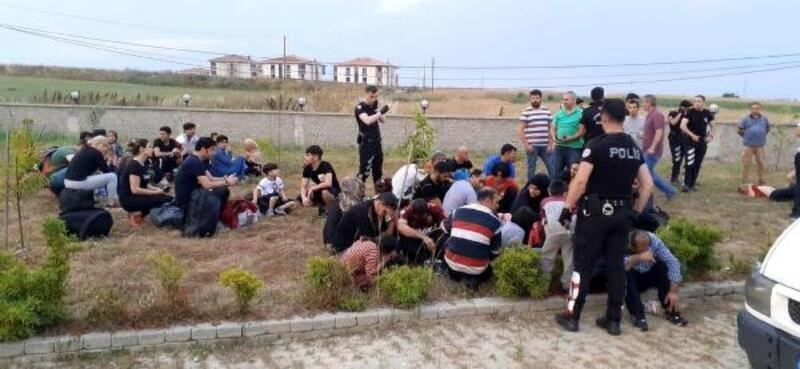 Polisi gören organizatörler, göçmenleri bırakıp kaçtı