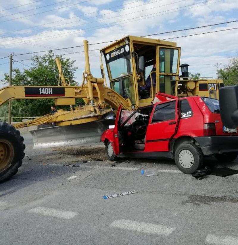 Otomobil ile greyder çarpıştı: 1 ölü, 2 yaralı