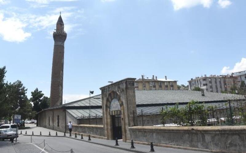 Tarihi Ulu Cami'nin eğri minaresi yıllara meydan okuyor