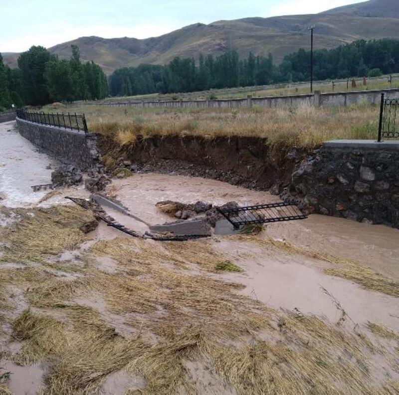 Sel, köyün taşkın duvarını yıktı