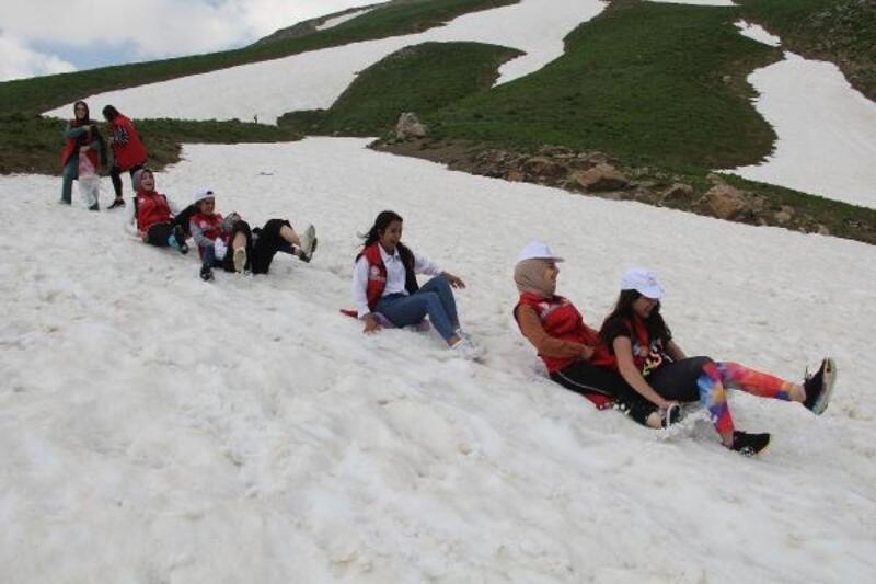 Hakkari'ye gelen 45 üniversiteli, Berçelan Yaylası'nda kayak yaptı