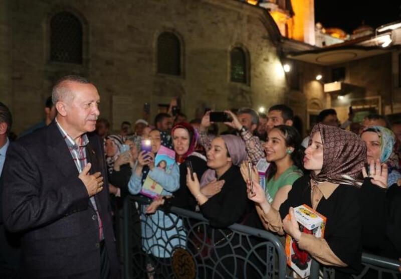 Cumhurbaşkanı Erdoğan, Eyüp Sultan Camii çıkışında halkı selamladı