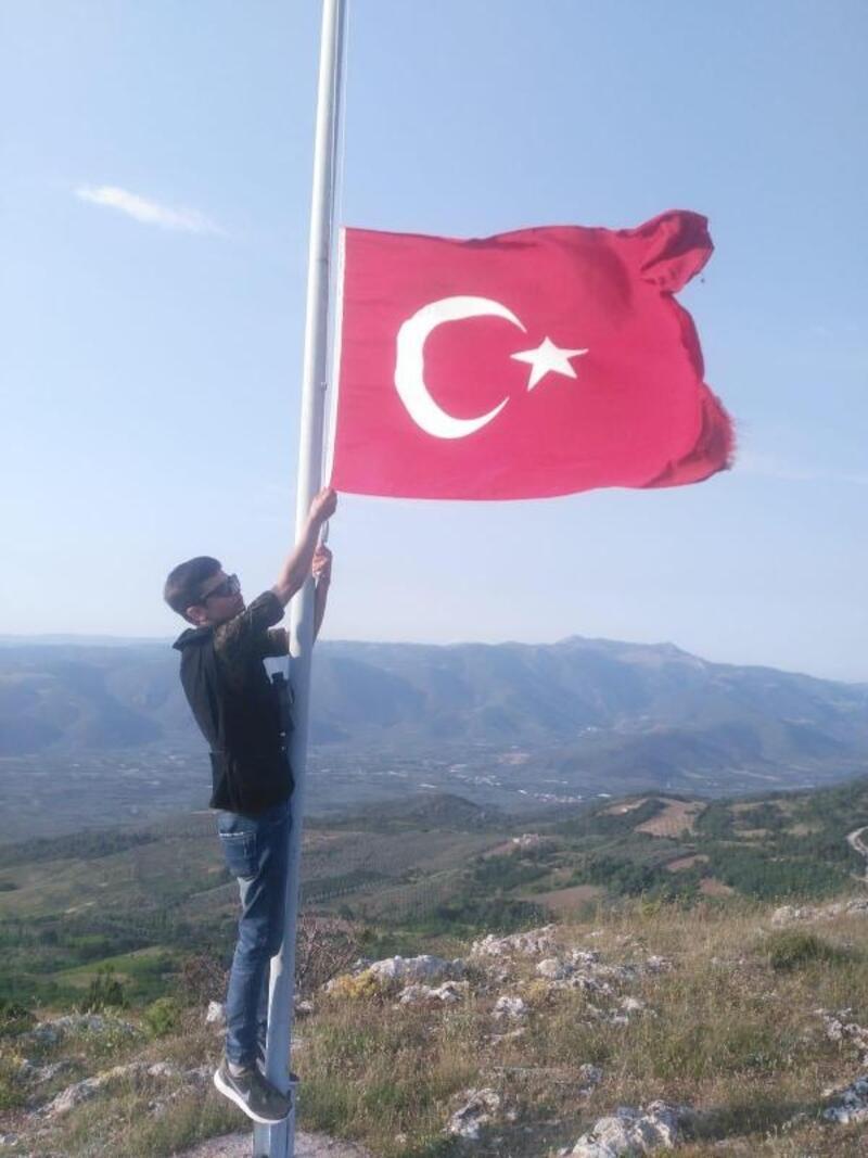 Liseliler, tepedeki Türk bayrağını yeniledi