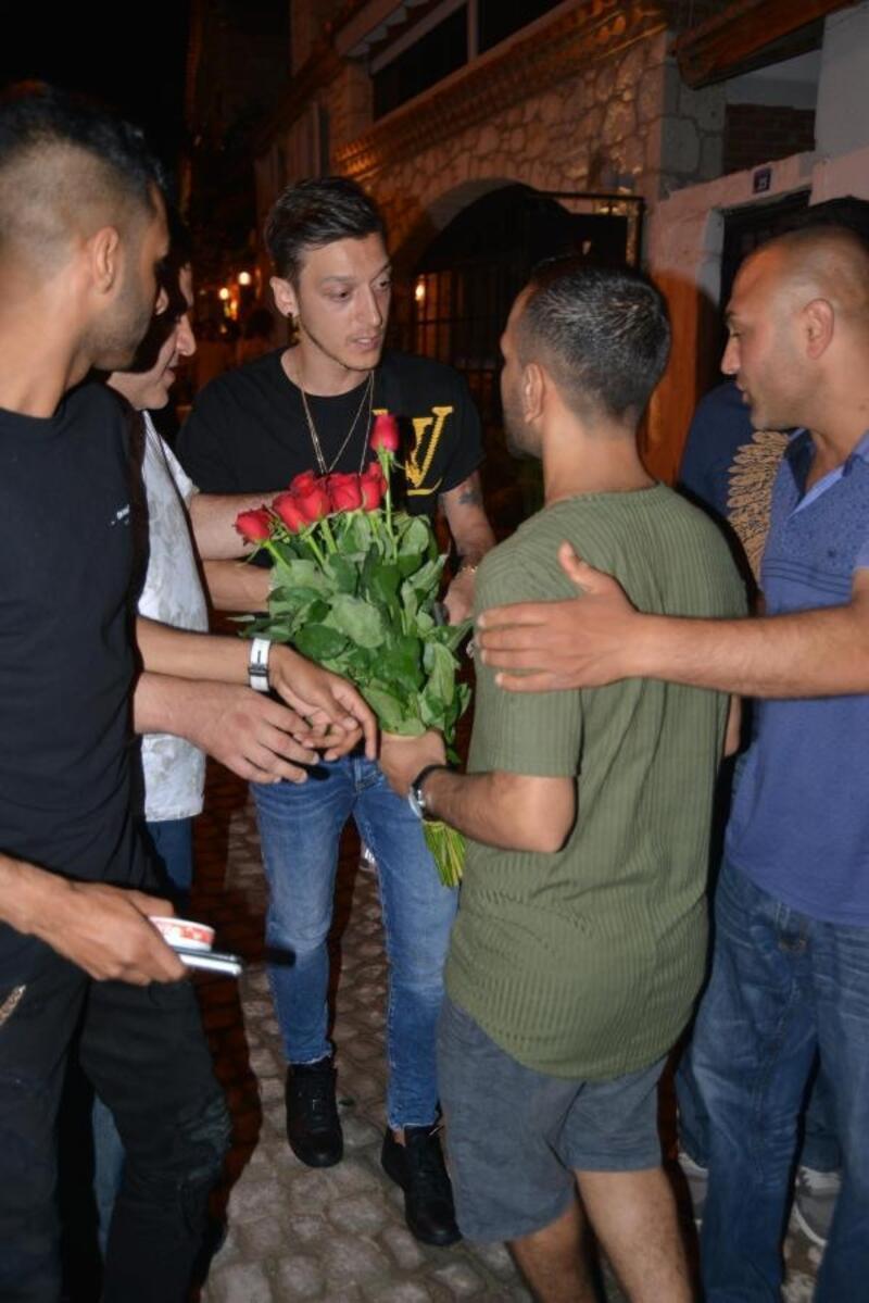 Mesut Özil'den seyyar çiçek satıcılarına tepki