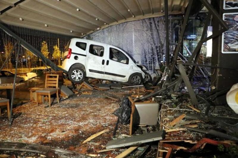 Ankara'da kontrolden çıkan otomobil kafeye daldı