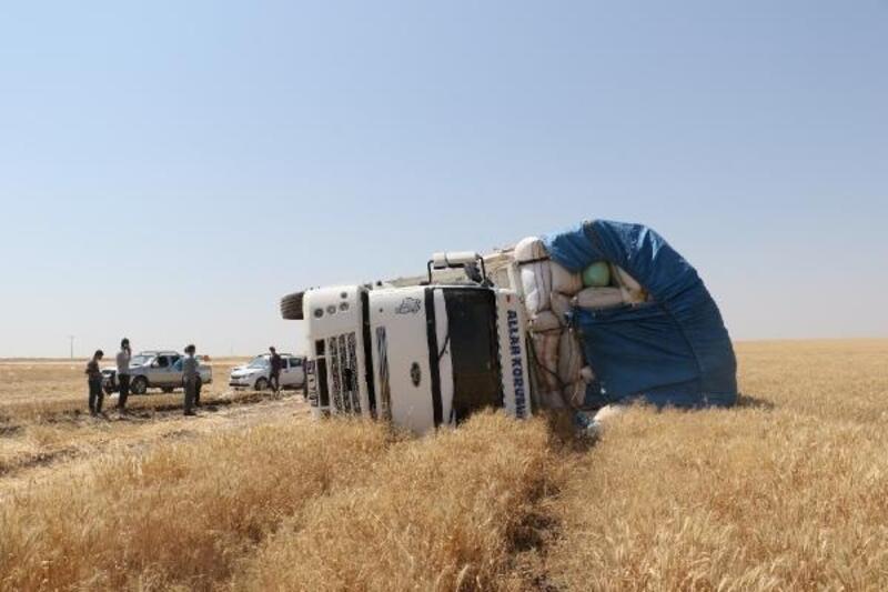 Saman yüklü kamyon devrildi: 7 yaralı