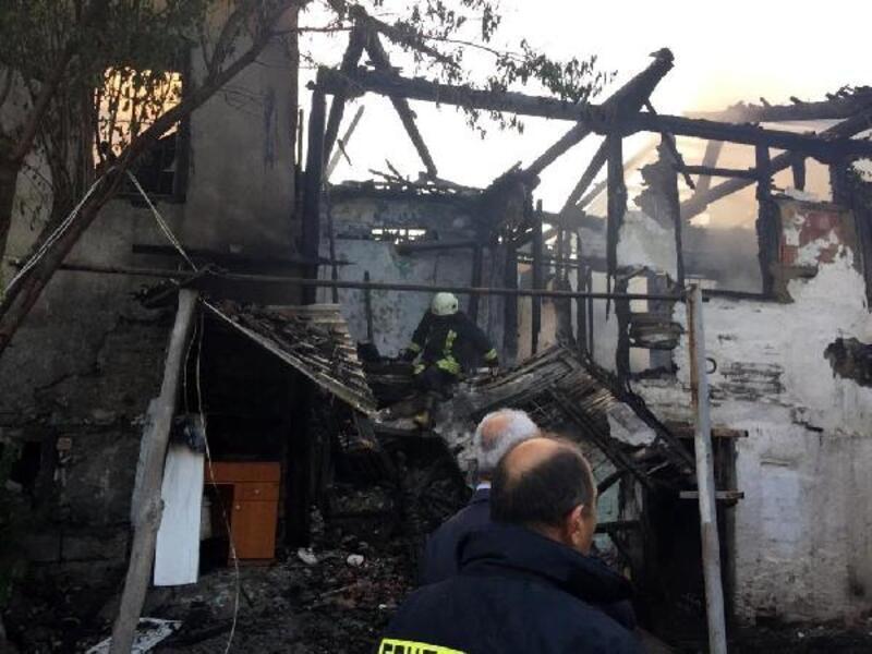 Isparta'da 3 ahşap ev yandı
