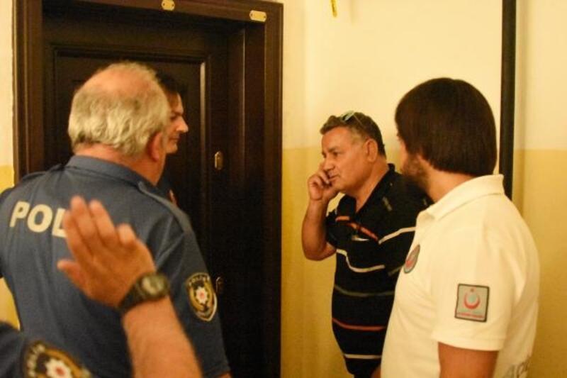 Kötü koku gelen evinin kapısının kırılmaması için itfaiyecilere yalvardı