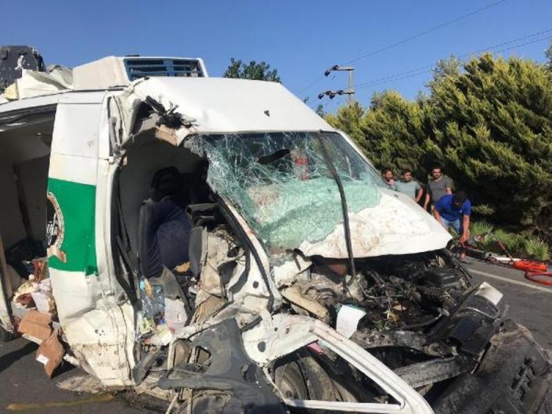 Minibüs, trafik levhasına ardından çöp konteynerine çarptı: 3 yaralı