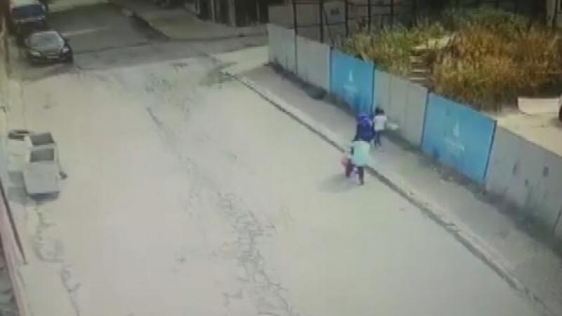 Çocuğuyla hastaneye giden kadına kapkaç kamerada