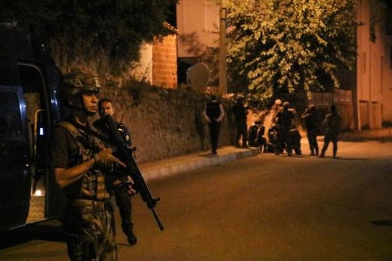 Biber gazı sıktıkları iddiasıyla bekçilere pompalı tüfekle ateş etti