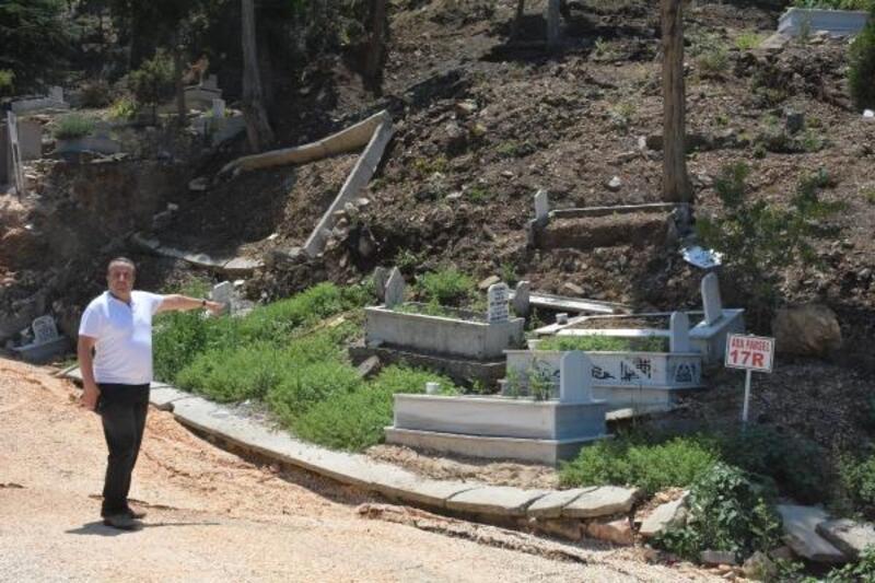 Bilecik'te heyelan nedeniyle mezarlar çöktü