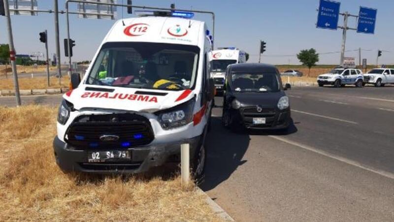 Adıyaman'da hafif ticari araçla ambulans çarpıştı: 4 yaralı