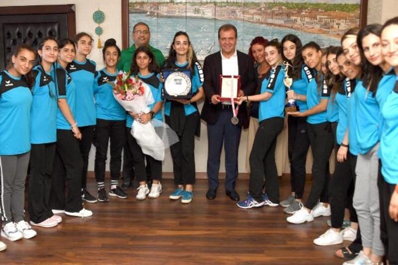 Türkiye 2'ncisi hentbol takımından Seçer'e ziyaret