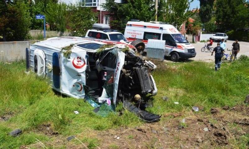 Çubuk'ta ambulans ile otomobil çarpıştı: 6 yaralı