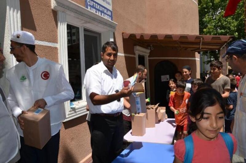 Mahalle muhtarı yaz kurslarına katılan öğrencilere dondurma dağıttı
