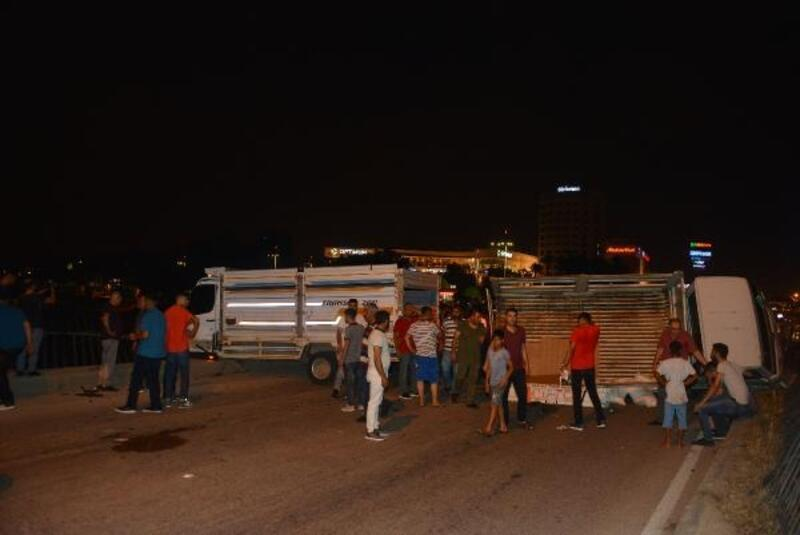 Adana'da köprü üzerinde iki kamyonet çarpıştı: 3 yaralı