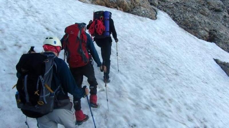 Demirkazık Dağı'nda çığ altında kalan dağcı aranıyor