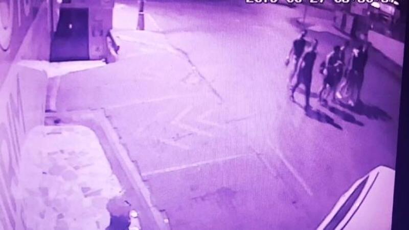 Ümraniye'de halı saha maçından dönen gençlere polisten kaçan otomobilin çarpma anı kamerada
