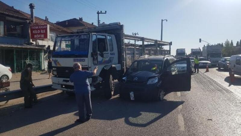 Kamyonla çarpışan hafif ticari aracın sürücüsü ve eşi yaralandı
