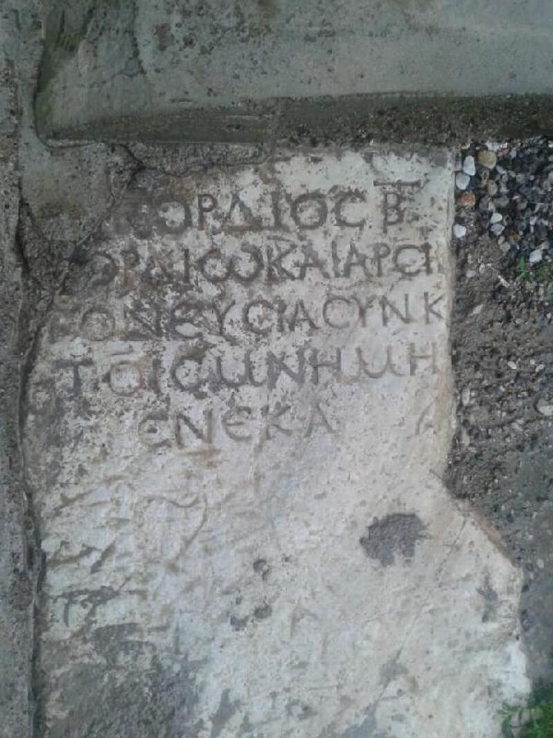 Avanos'ta bir evin bahçesinde Roma dönemi mezar taşı bulundu
