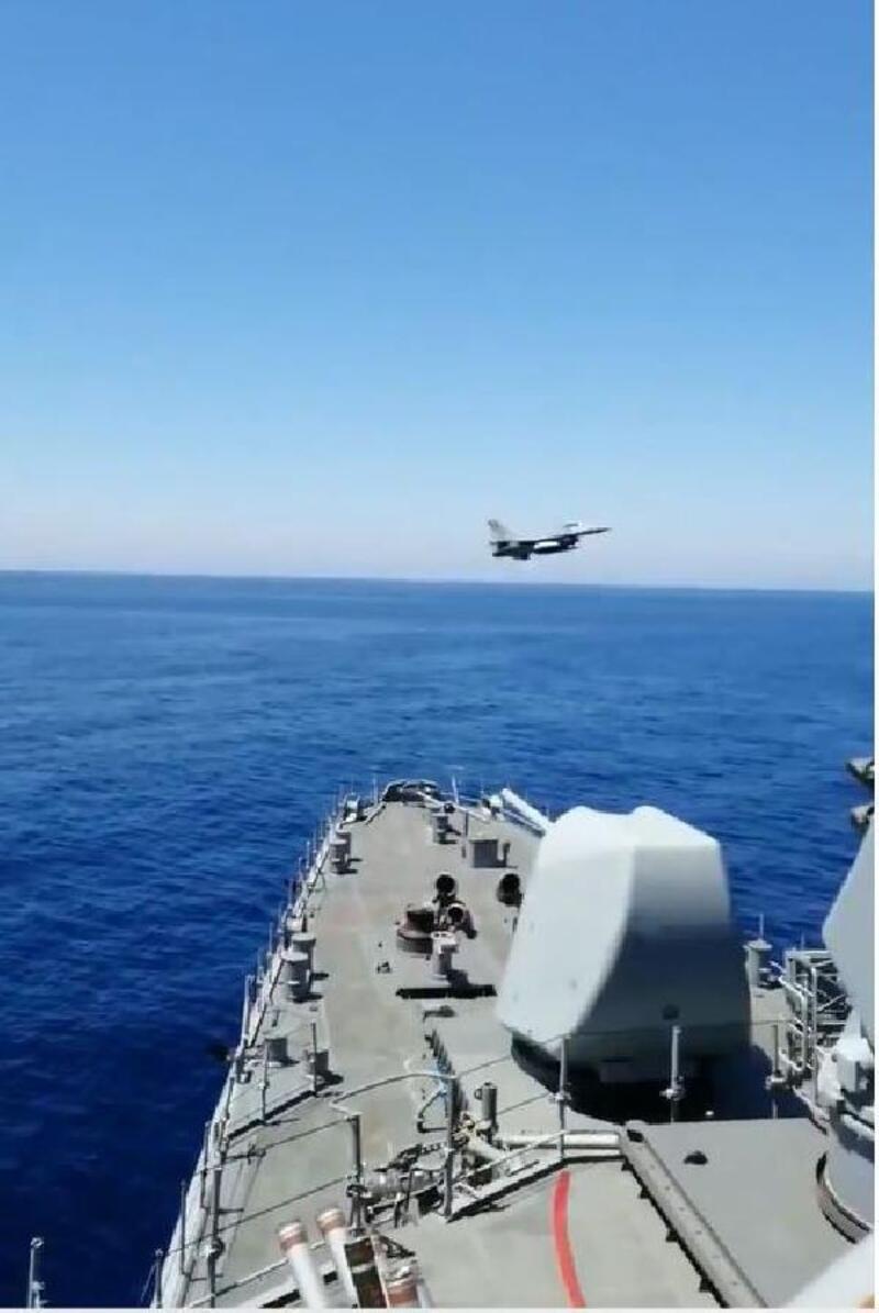 F-16, 'Fatih'i selamladı