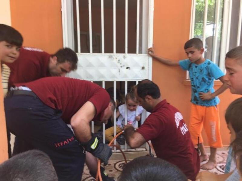 Kapı korkuluğuna başı sıkışan küçük kızı itfaiye kurtardı