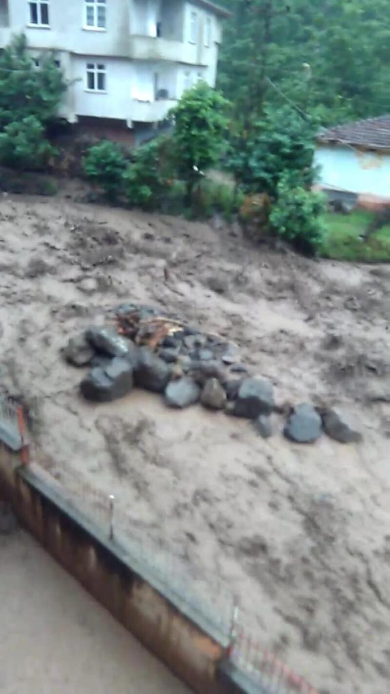 Araklı'da sel felaketinde ölen kişinin suya kapıldığı anlar ortaya çıktı