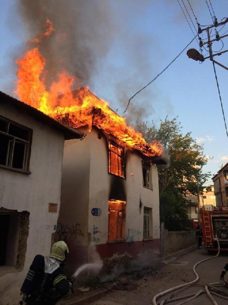 Denizli'de, metruk binada yangın