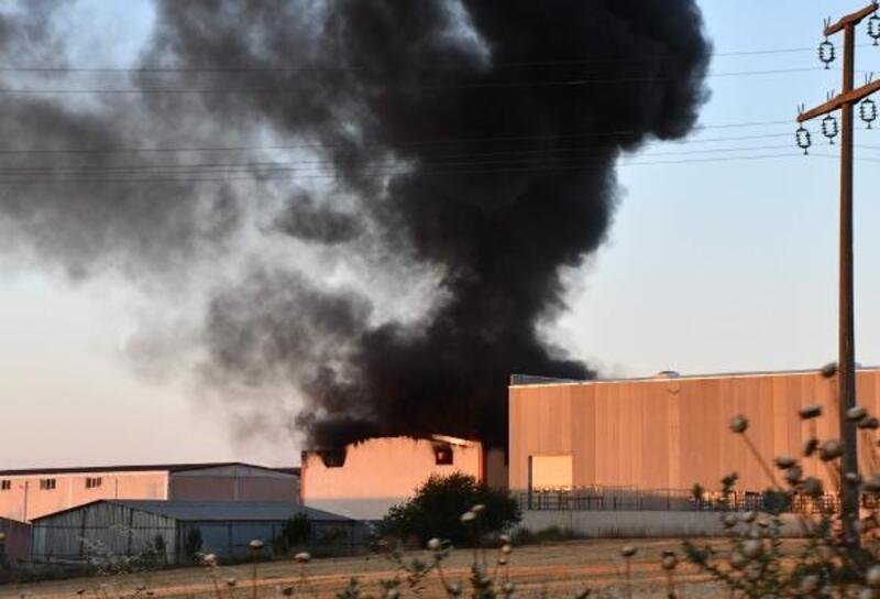 Hurda kumaş deposunda çıkan yangın güçlükle söndürüldü