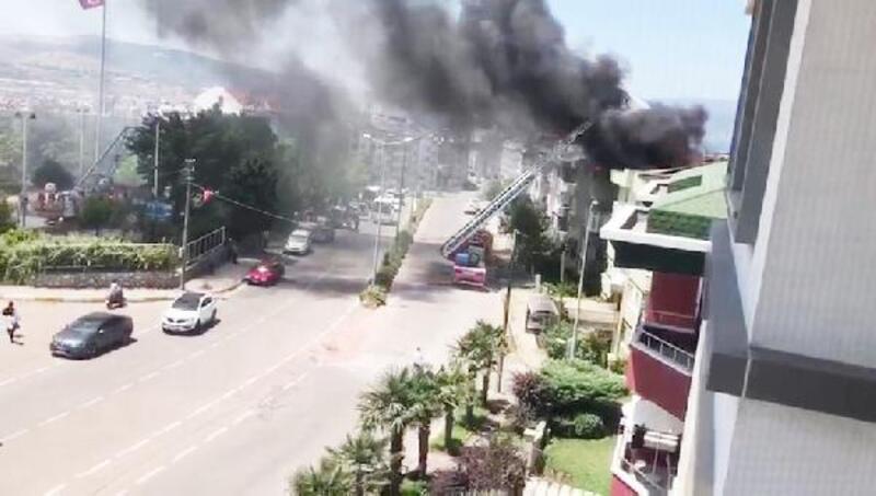 Bandırma'da 4 katlı binanın çatısında çıkan yangın paniğe neden oldu
