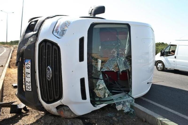Refüjdeki beton bloğa çarpan minibüs devrildi