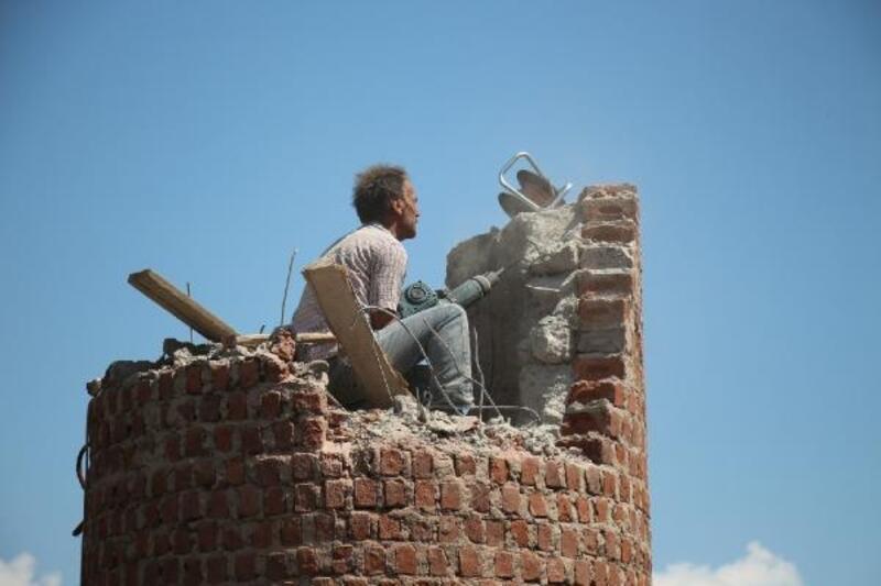 15 metrelik minareyi matkapla yıkıyor