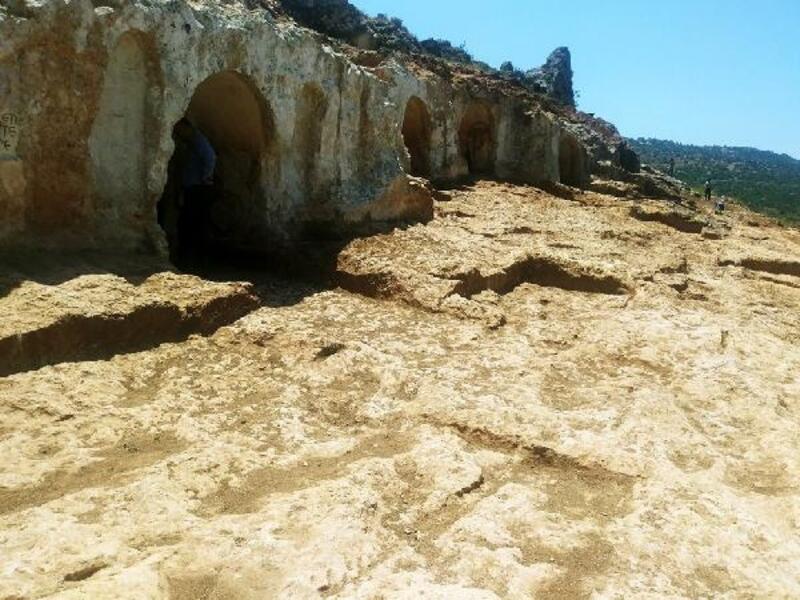 Altınözü Gelinler Dağı'nda kazı çalışmaları sürüyor