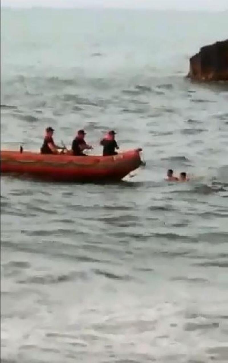 Boğulma tehlikesi geçiren gençlerin kurtarılma anı kamerada