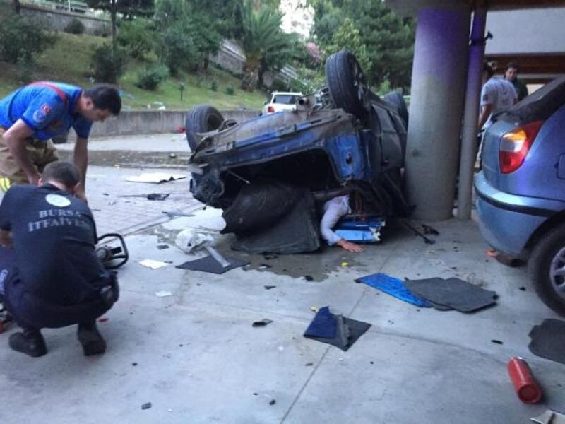 Otomobil apatman bahçesine uçtu, sıkışan 2 kişi güçlükle kurtarıldı