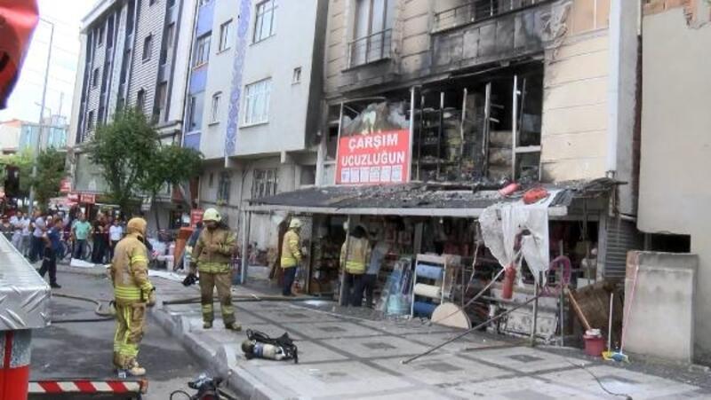 Bağcılar'da yangın çıkan mağaza alevler içinde kaldı