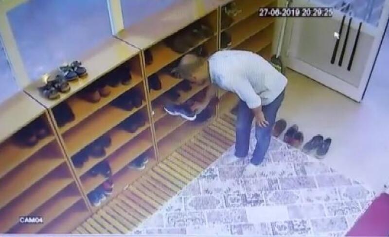 Camiden ayağına uyan ayakkabıyı çalan hırsız kamerada