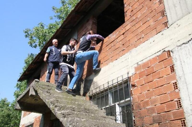 Düzce'de polisler metruk binaları aradı