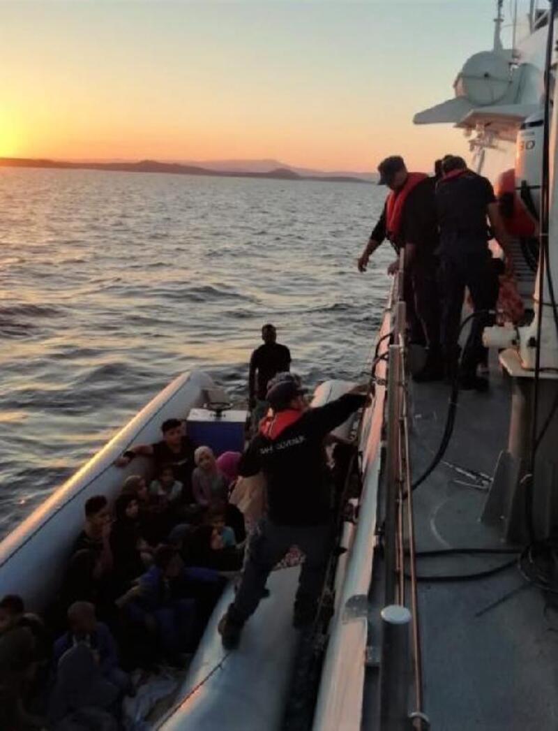 Ayvalık'ta motoru arızalanan bottaki 27kaçak kurtarıldı