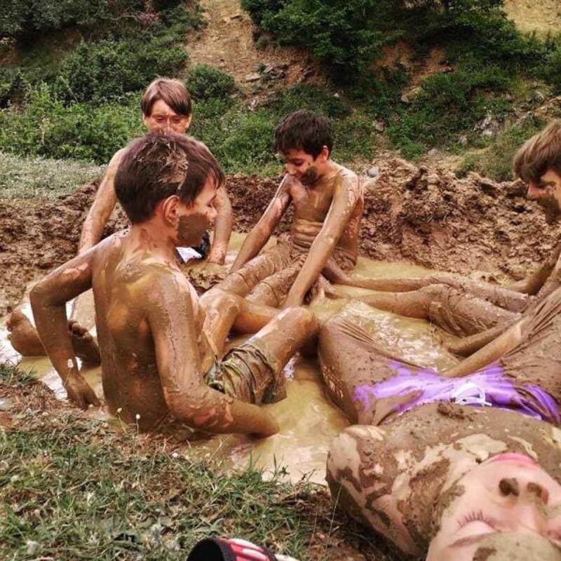 Çocuklar, kazdıkları çukurda çamura bulandı