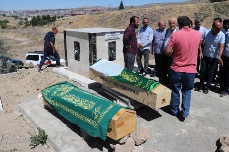 Mezuniyet dönüşü kazada ölen 4 kişiden abla- kardeş de toprağa verildi