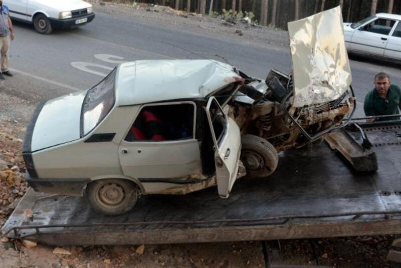 Freni boşalan otomobil duvara çarptı: 1 ölü, 5 yaralı