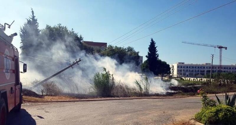 Otomobil direğe çarptı, yangın çıktı