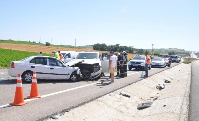 Karşı şeride geçen otomobil, 2 araca çarptı: 6 yaralı