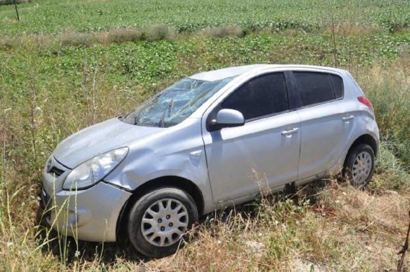 Otomobil, demir bariyeri aşarak tarlaya girdi: 2 yaralı