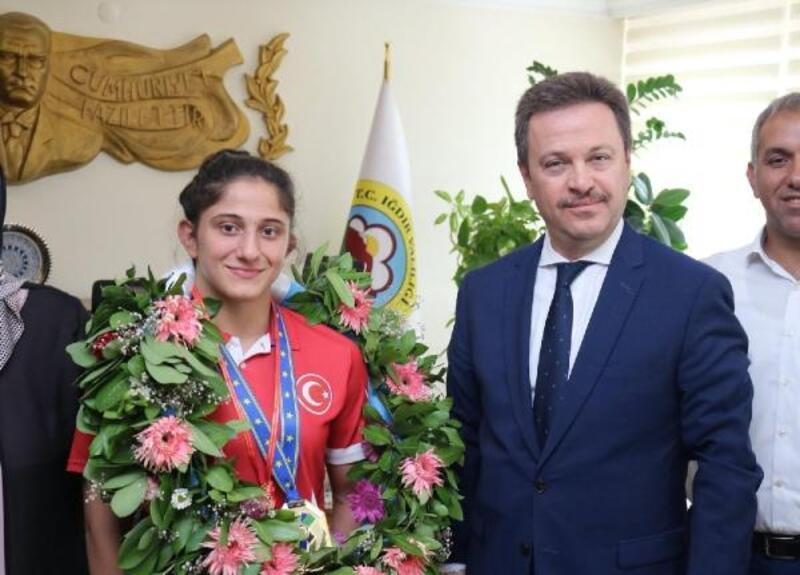 Vali Ünlü Avrupa ŞampiyonuÖzlem Yıldız'ı ödüllendirdi