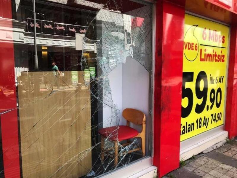 Mağazanın camını taşla kırıp, telefonları çaldılar